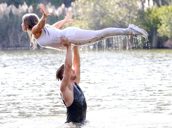 rs_560x415-151016110248-1024-dirty-dancing-derek-hough-bindi-irwin-lift-scene-water-dwts-j1r-101615_copy